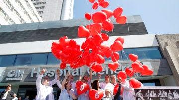 Algunos profesionales del Hospital Universitario de La Paz de Madrid, en un homenaje en el Dia Nacional del donante
