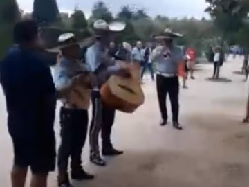 Mariachis en las puertas del Parlament