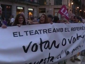 La CUP protesta contra las resoluciones del Tribunal Constitucional frente al Ayuntamiento de Barcelona