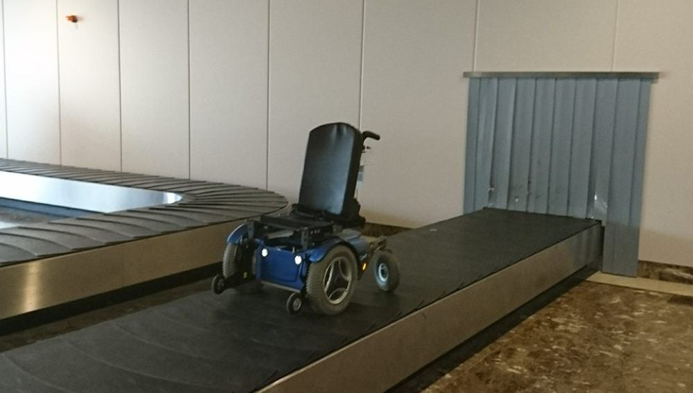 La silla de ruedas, a su paso por la cinta eléctrica