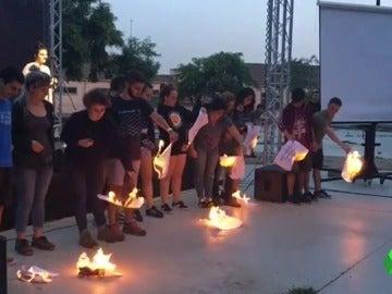 Miembros de Arran queman papeles con los nombres de los 12 jueces del Tribunal Constitucional