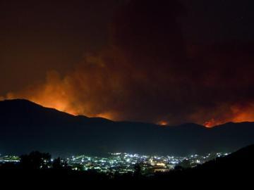 Imagen del incendio tras la localidad de Nerva (Huelva)