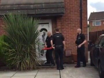 La policía entrando en la casa