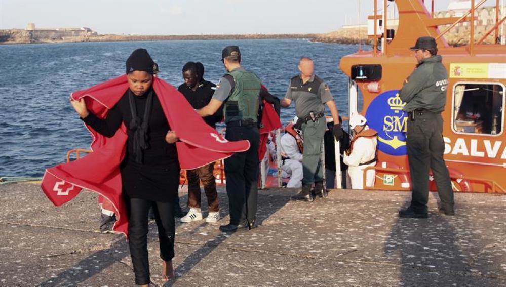 La Guardia Civil traslada a los migrantes