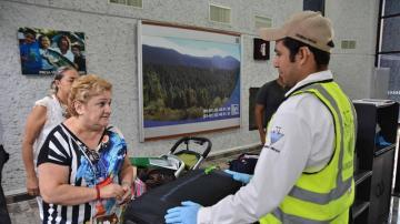 La madre de Pilar Garrido, en el aeropuerto.