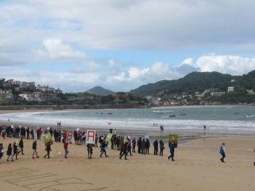 La cadena humana en la playa de la Concha