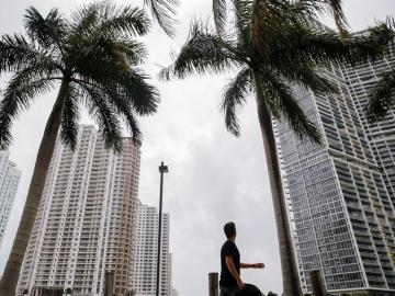 Un hombre camina por Miami antes de la llegada de Irma