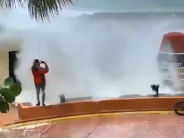 Instante antes de ser impactado por la ola