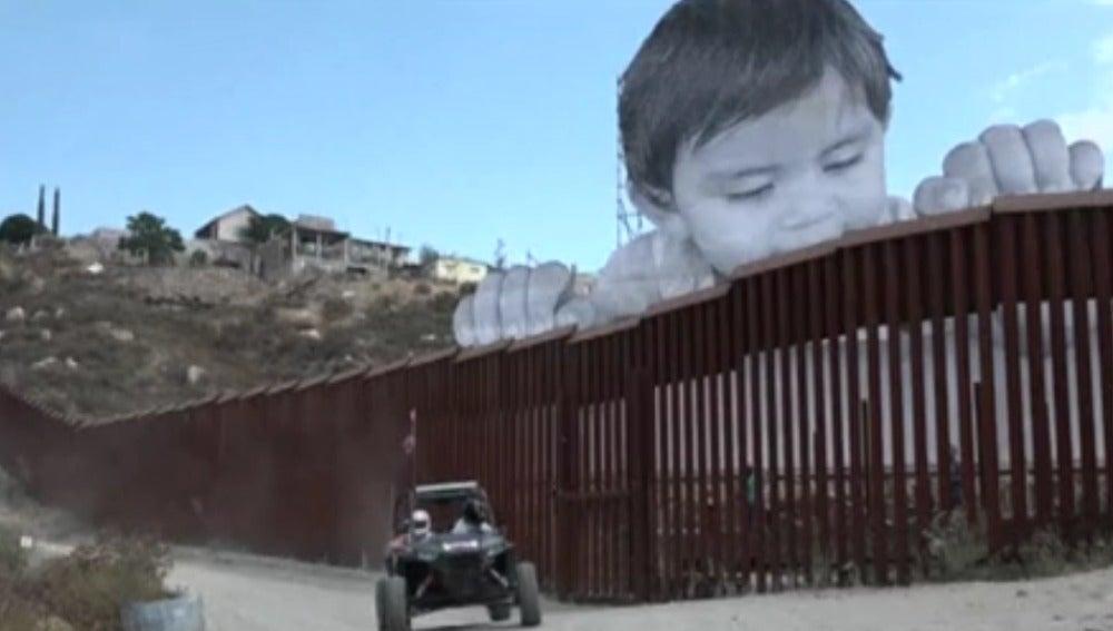 Reivindicativo mural de un niño de 21 metros de altura en la frontera entre México y EEUU