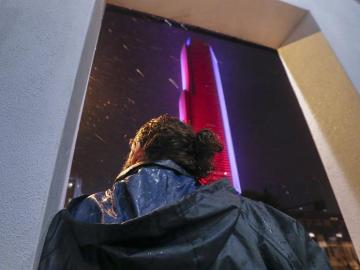 Un hombre observa el efecto del huracán Irma