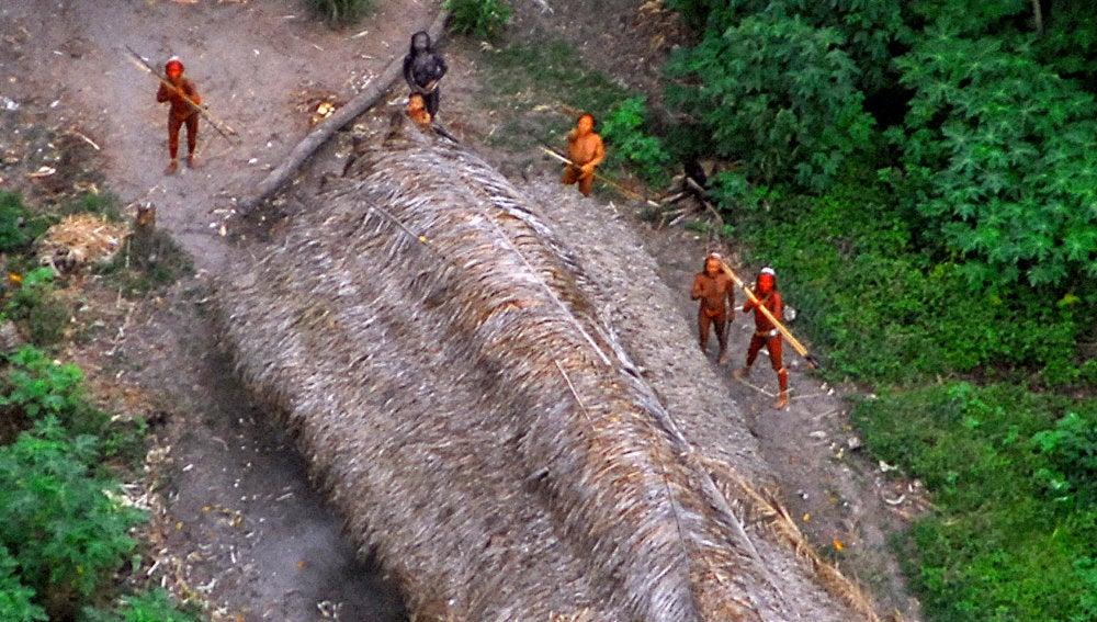 Miembros de una tribu aislada en Brasil.