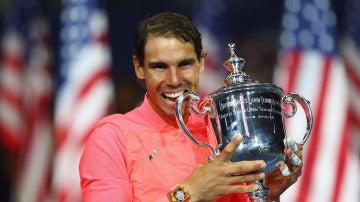 Rafa Nadal muerde su 16º Grand Slam, el trofeo de campeón del US Open