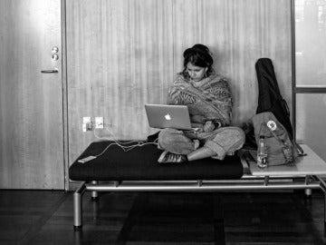 Una usuaria con un ordenador Mac