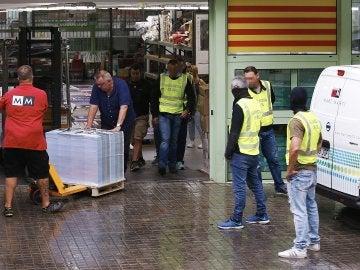 Imagen de la Guardia Civil durante la intervención de carteles de publicidad del referéndum del 1 de octubre en una nave industrial de Cataluña