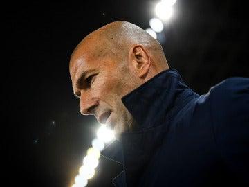 Zinedine Zidane, pensativo antes del partido del Real Madrid