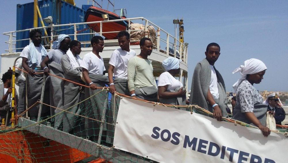 Un grupo de migrantes rescatados en alta mar desembarcan en Lampedusa (Italia)