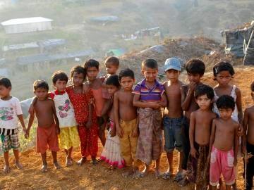 Un grupo de niños de la etnia musulmana rohinyá posan en un campamento de refugiados