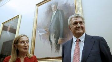 Ana Pastor junto a su predecesor como presidente del Congreso, Jesús Posada, durante la colocación del retrato oficial