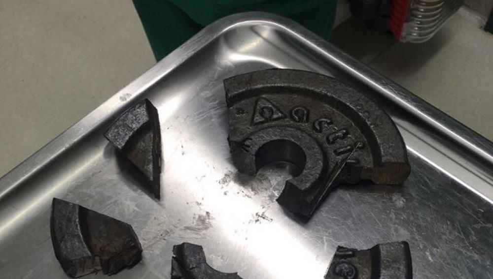 Restos del disco de pesos donde quedó atrapado el pene de un hombre