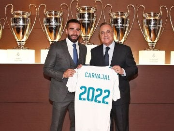 Dani Carvajal posa con Florentino Pérez en el acto de su renovación