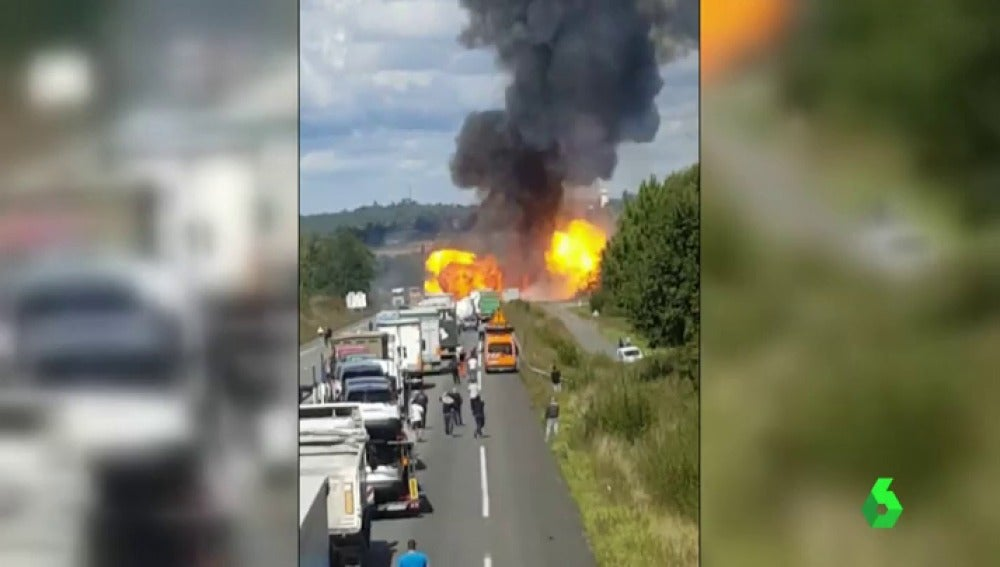 Un camión con bombonas de gas causa varias explosiones en una carretera de Francia