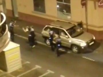 Armado con un palo, así se enfrenta un hombre a cuatro policías que lo pararon por exceso de velocidad