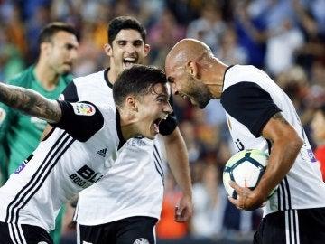 Santi Mina y Zaza celebran uno de los goles del Valencia ante el Málaga