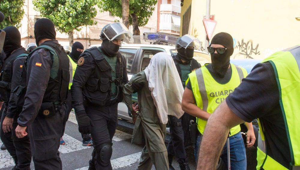 Miembros de la Guardia Civil custodian a un detenido en una operación anterior en Lleida contra el terrorismo yihadista