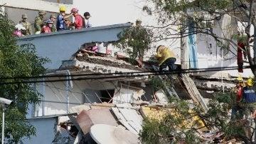 Cuerpos de rescate y voluntarios realizan labores de rescate en Ciudad de México