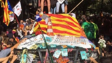 Colocan pegatinas con lemas a favor del referéndum en un vehículo de Guardia Civil