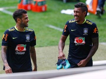 Paulinho junto a Dani Alves con Brasil