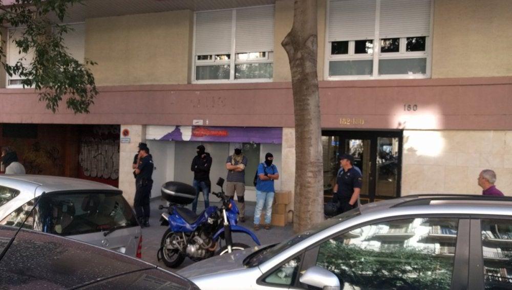 Agentes de la Policía Nacional han acudido a una sede de la CUP en Barcelona
