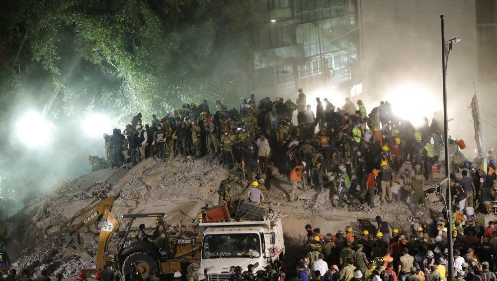 Cientos de mexicanos, entre brigadistas y voluntarios, continúan intentando rescatar a personas