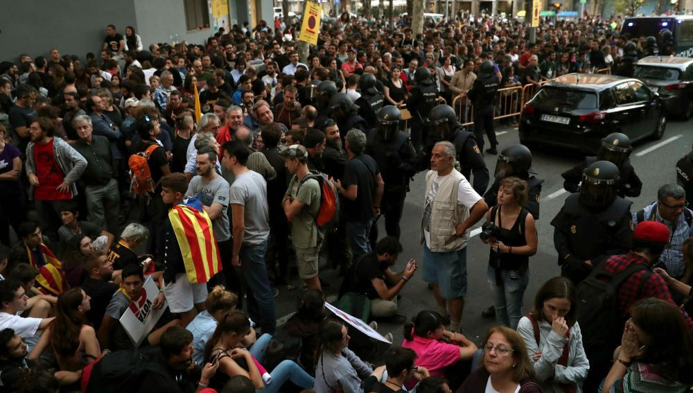 Sede de la CUP llena de manifestantes y simpatizantes del referéndum