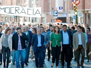 Un grupo de personas acompañan a los alcaldes de Girona y Palafrugell a declarar