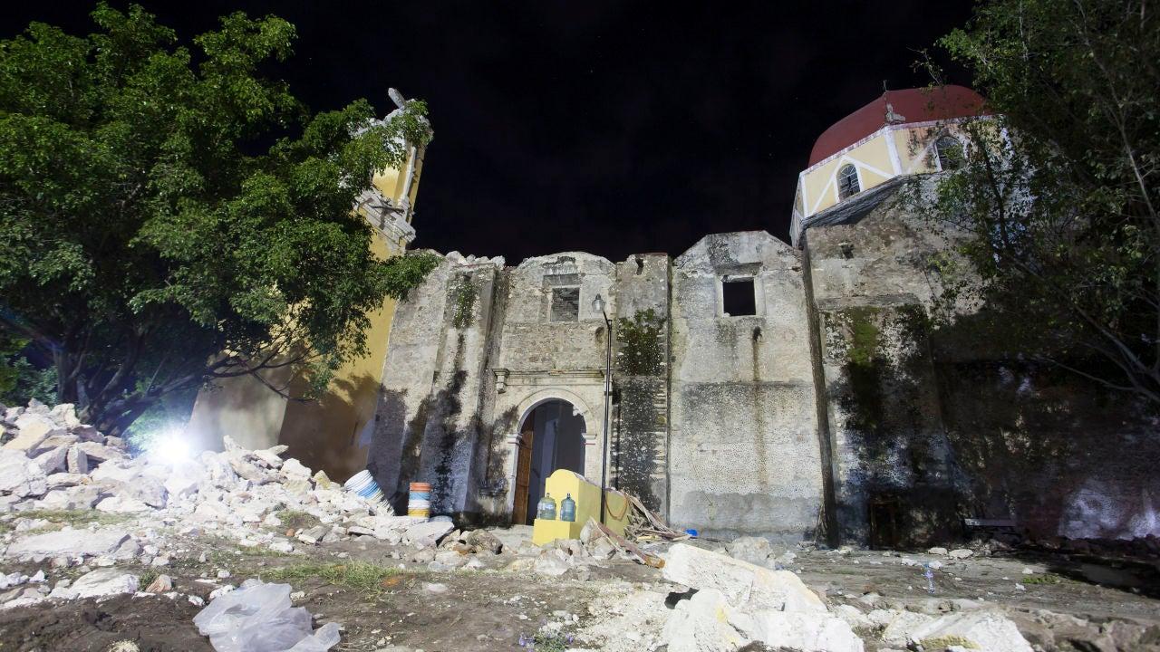 Vista general de la iglesia de Santiago Apóstol en la población de Atzala