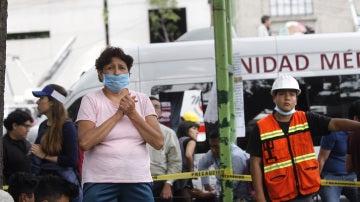Una mujer espera noticias de sus familaires durante las operaciones de búsqueda de posibles supervivientes