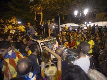 Miles de manifestantes permanecen ante la sede de la conselleria d'Economia