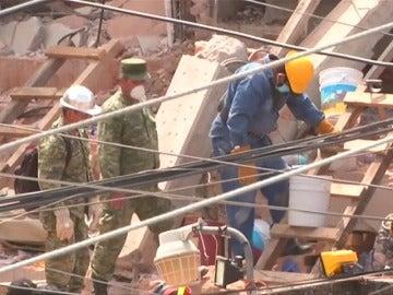 México trabaja a contrarreloj para liberar a las personas atrapadas entre los escombros
