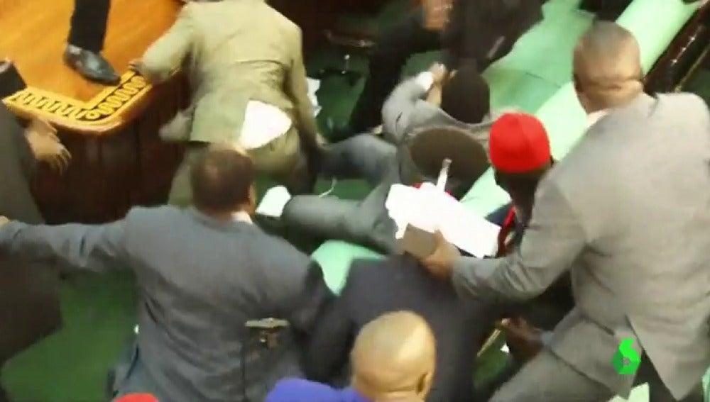 Palos, puñetazos y sillazos, así han acabado los diputados en el Parlamento de Uganda