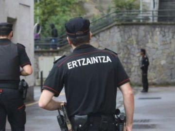 Dos agentes de la Ertzaintza (Archivo)