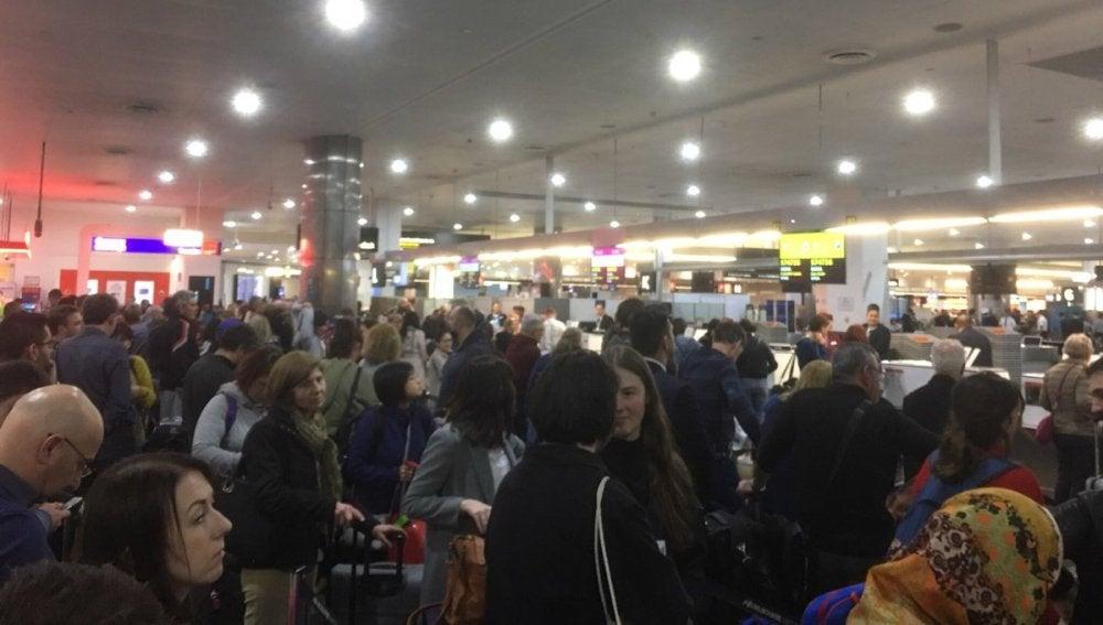 Los pasajeros esperan para poder facturar sus equipajes