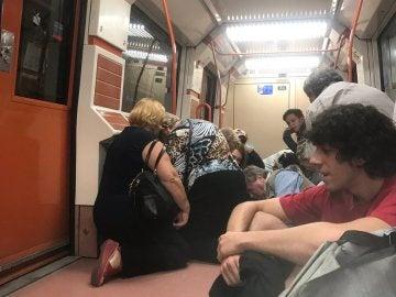 Los pasajeros se agachan dentro del vagón de metro