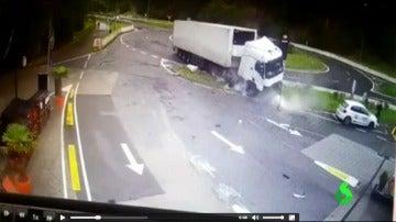 El peligroso accidente de un camión frigorífico frente a una gasolinera