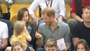 La divertida reacción del príncipe Harry con una niña que le estaba robando las palomitas