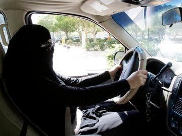 Una mujer de Arabia Saudí conduciendo