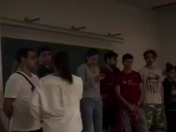 Una profesor se enfrenta a alumnos independentistas que irrumpen su clase