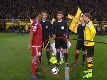 La rara manía del portero del Dortmund