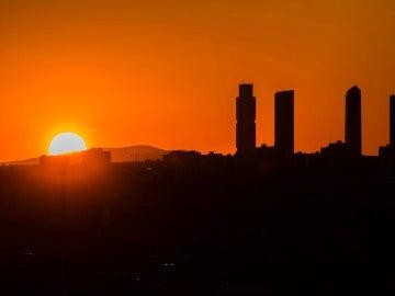 Puesta de sol tras las emblemáticas Cuatro Torres del Paseo de la Castellana de Madrid