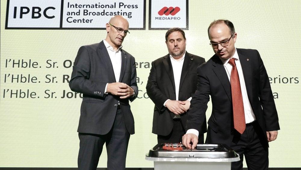 Oriol Junqueras, Jordi Turull , y Raül Romeva durante la rueda de prensa